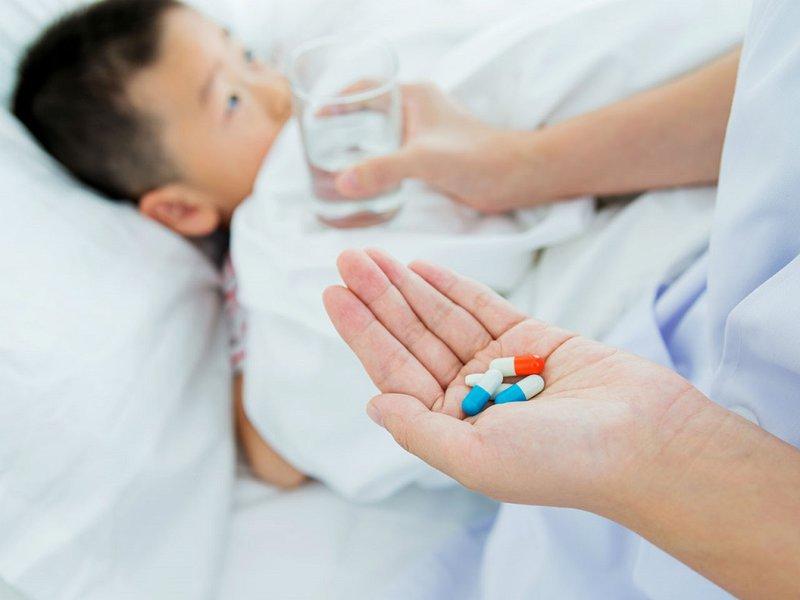 Không tự ý cho bé uống kháng sinh