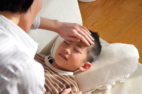 Trẻ bị chàm sữa kèm theo sốt