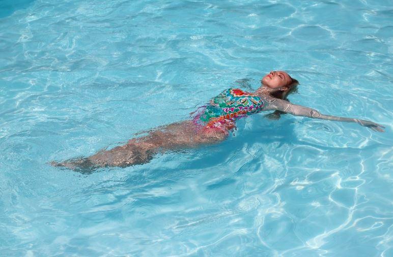 Nước biển có chứa rất nhiều vi khoáng chất tốt cho làn da bị tổn thương do vảy nến