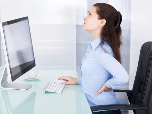 ngồi lâu là nguyên nhân gây đau lưng