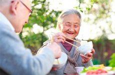 người già bị gãy xương nên ăn gì