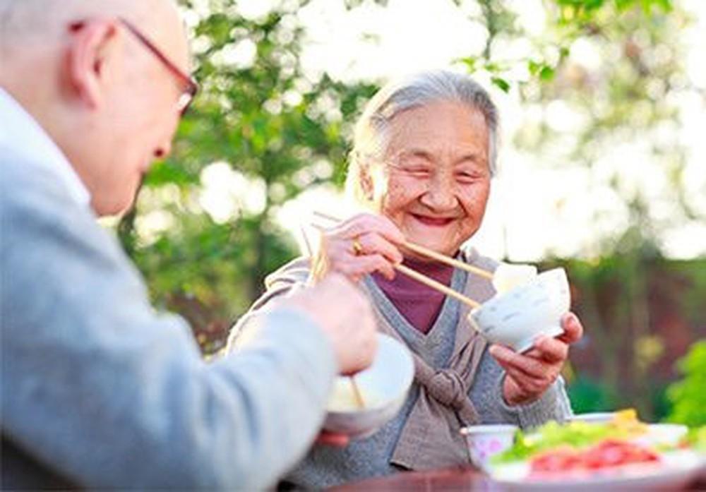 Người già bị gãy xương nên ăn gì?