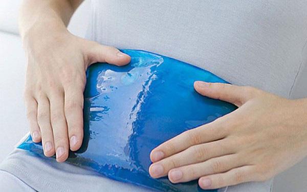 Chườm nóng giúp giảm đau bụng ngang rốn