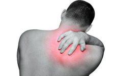 đau lưng bên trái gần vai