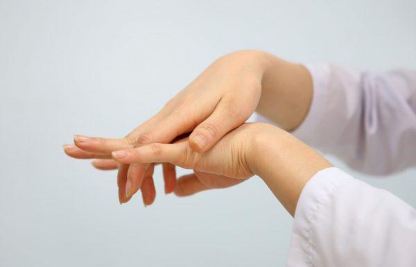 Phương pháp điều trị bệnh sưng khớp ngón tay giữa.